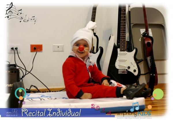 Alumno de estimulación temprana durante el recital individual